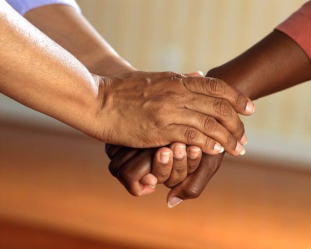 des mains qui se tiennent