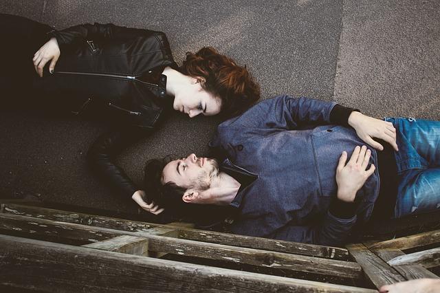 un couple qui fait une pause