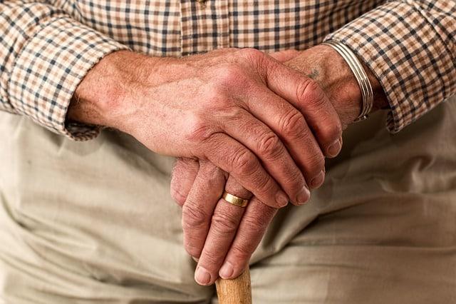 mains personne agée