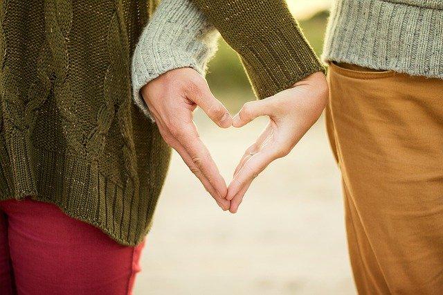 couple formant un coeur avec les mains