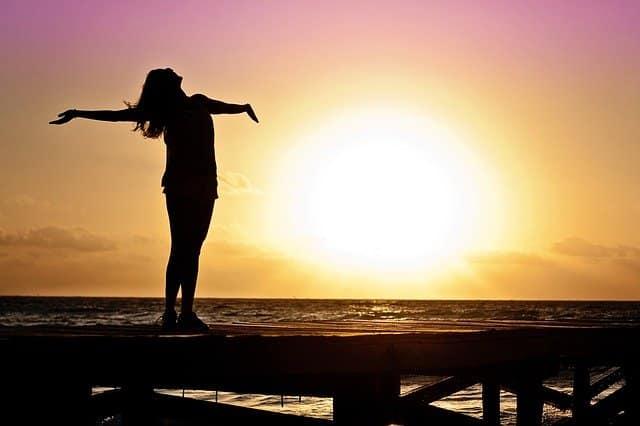 femme devant un soleil